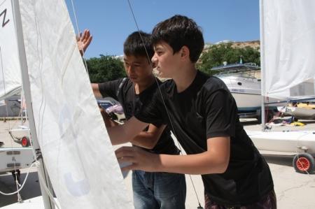 В День защиты детей в Актау прошла детская парусная регата