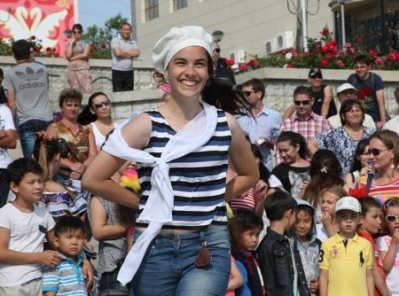 На побережье Каспия у кафе «Алина» проходит благотворительный концерт фонда «Адал» (ДОБАВЛЕНЫ ФОТО)