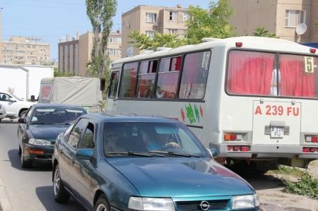 Центральная автодорога Актау перекрыта на перекрестке 5, 6, 7, 8 микрорайонов