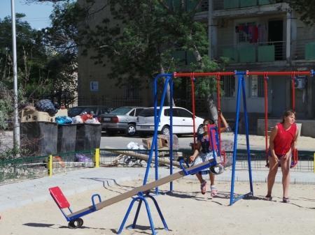 Горы мусора у детских площадок