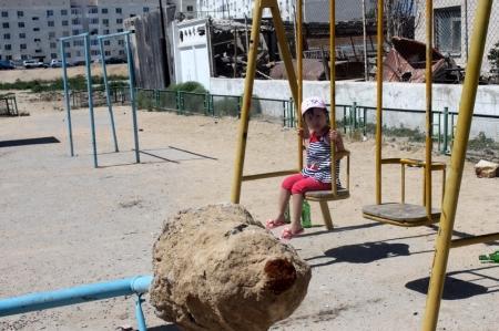 """Жители поселка Приозерный в пригороде Актау: """"Единственную детскую площадку разрушили"""""""