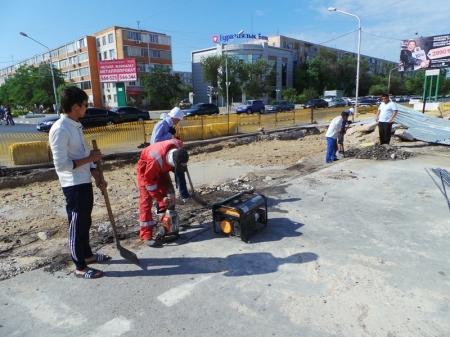 Движение по центральной улице Актау не восстановлено до сих пор