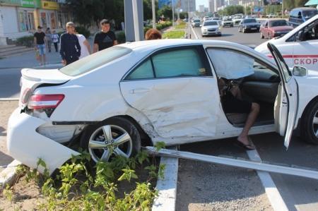 В Актау на центральной дороге столкнулись два автомобиля