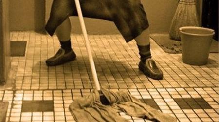 Казахстанская пенсионерка напала со шваброй на полицейского в Чувашии