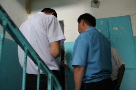 В Актау должники прячутся от судебных исполнителей в своих квартирах
