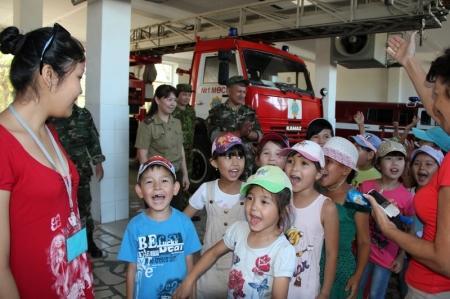 Сотрудники управления ЧС города Актау провели для детей экскурсию по пожарной части