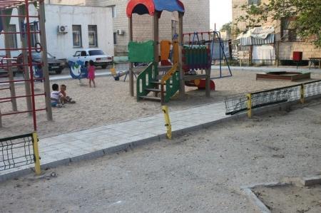 В Актау автомобиль сбил ограждение на детской площадке