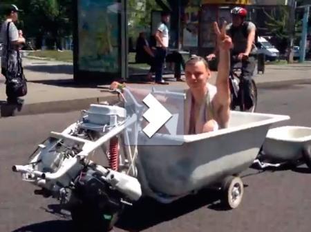 Умелец проехал по Алматы на мотованне (видео)