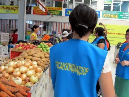 В Актау специалисты СЭС проверили овощи и фрукты на содержание нитратов