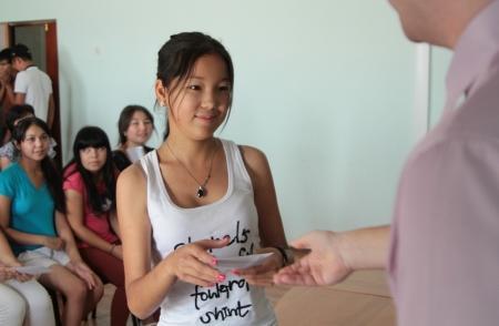 Курыкским школьникам, убиравшим берег моря, вручили денежную премию