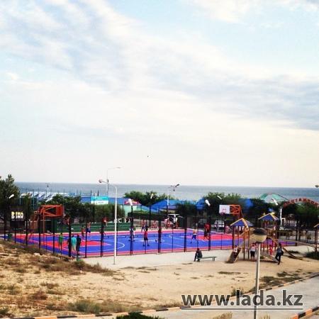 На баскетбольной площадке на набережной Актау установили покрытие мирового стандарта