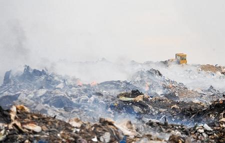 В Мангистауской области дым от горящей мусорной свалки накрыл поселок Баскудук