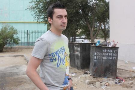 Жители дома в третьем микрорайоне Актау несколько лет жалуются на мусор во дворе.