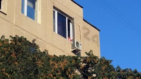 В Актау пятилетняя девочка чудом не выпала из окна пятого этажа