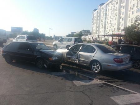 """В Актау у площади """"Ынтымак"""" столкнулись три автомобиля (Дополнение)"""