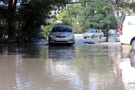 Жители 12 микрорайона Актау жалуются на большую лужу у дома