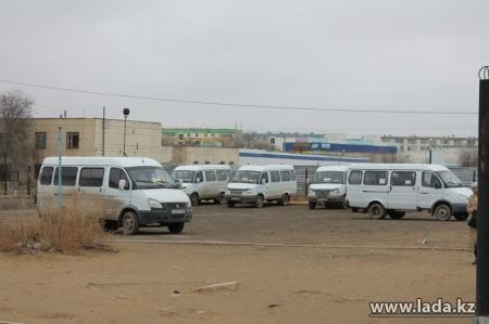 В Актау из-за клиента повздорили водитель маршрутки и частный извозчик