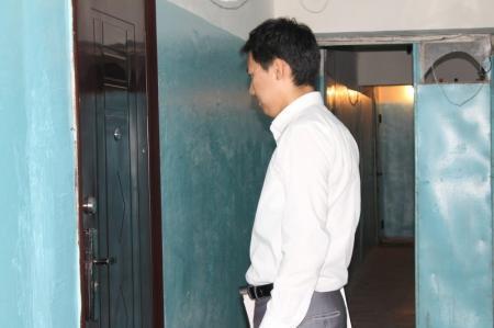 В Актау очередную семью выселили из квартиры из-за долгов банку