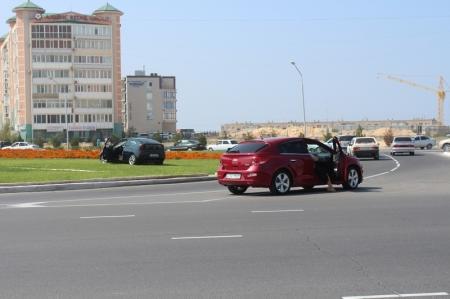 В Актау в результате ДТП автомобиль выехал на клумбу