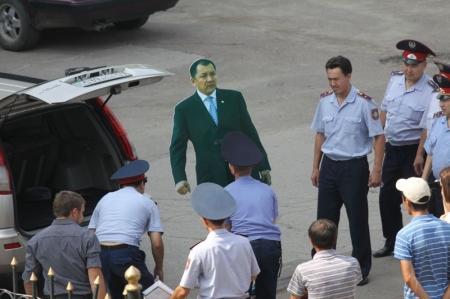 В Уральске полиция задержала журналистов «Уральской Недели», проводивших опрос с ростовой фигурой Акима Области