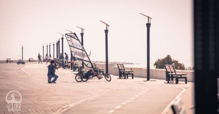 Программист из Бельгии путешествует по Мангистау на велосипеде с парусом