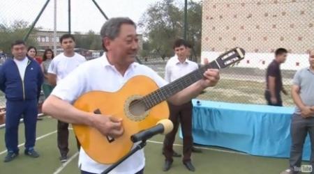 Аким Атырауской области побренчал на гитаре