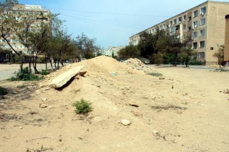 В Актау жители 7 микрорайона жалуются на строительный мусор у забора детского сада