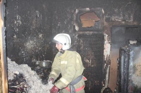 В Актау во время пожара в 3 микрорайоне спасли пожилую женщину и девушку