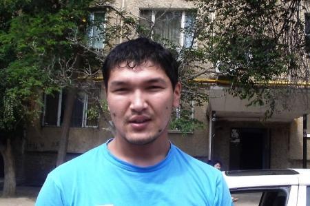 В Актау молодой парень вытащил двоих детей из горящей квартиры