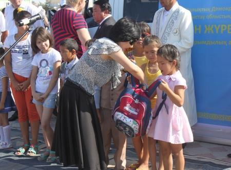 В Актау 150 семей получили в подарок от меценатов школьные принадлежности и продуктовые наборы