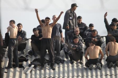 Заключенные Уральской колонии залезли на крышу одного из бараков с призывами о помощи