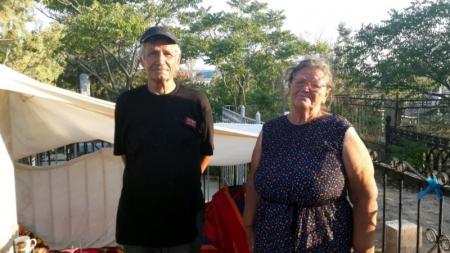 В Актау на городском кладбище живут пенсионеры, которых из дома выгнал сын (ДОПОЛНЕНО)