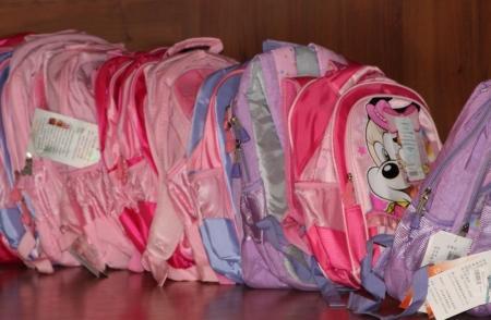 Сотрудники ДКНБ Мангистауской области вручили малоимущим и многодетным семьям школьные принадлежности