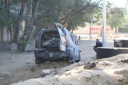 Во втором микрорайоне Актау в канаву провалился автомобиль