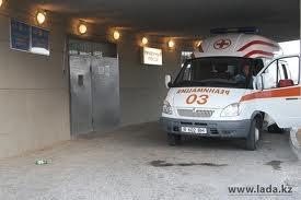 Молодая женщина, выпрыгнувшая из окна пятого этажа в Актау, скончалась в больнице