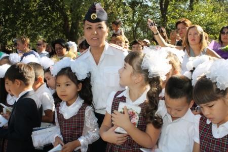 В Актау дорожные полицейские начали День знаний с обучения первоклассников ПДД