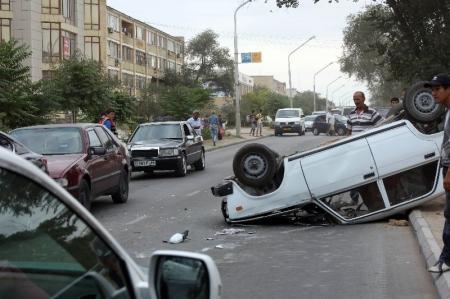 В Актау водитель «семерки», выехав на встречную полосу, протаранил три автомобиля и перевернулся
