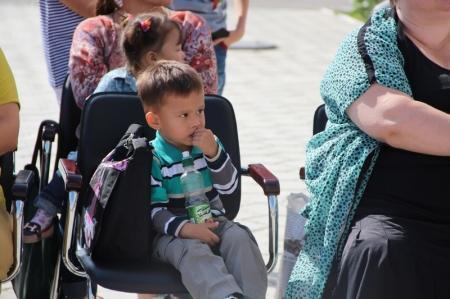 В Актау детям из 50 малообеспеченных семей подарили сертификаты на покупку канцелярских товаров
