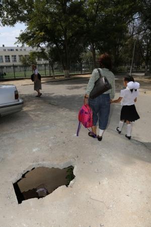 В Актау возле школы №3 коммунальщики оставили яму без ограждения