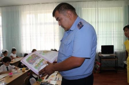 В  Мангистауских школах продолжаются уроки по изучению правил дорожного движения