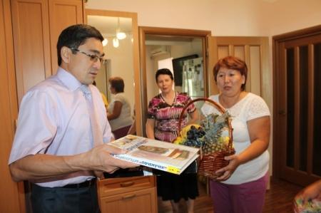 В Актау судьи навестили детей, страдающих онкологическими заболеваниями