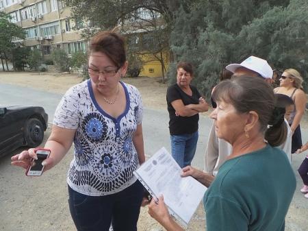 Жители 10 дома 11 микрорайона Актау разбираются с предпринимателем