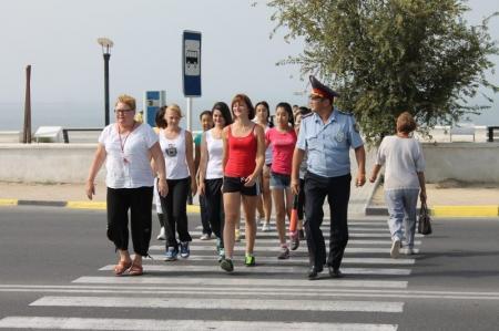 В Актау дорожные полицейские учат школьников переходить проезжую часть