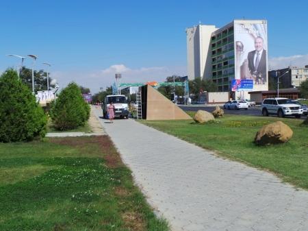 Герб города в центре Актау решили облагородить