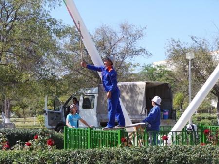 Коммунальщики приводят в порядок сквер имени Захарова в Актау