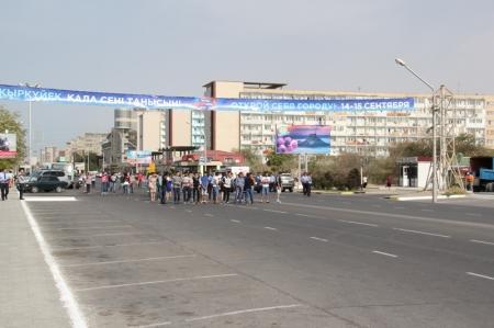 Репетируют шествие и перекрыли дорогу