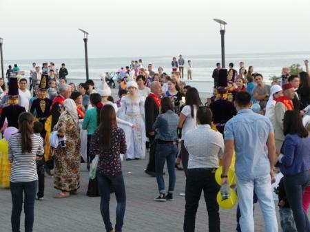 На берегу Каспия происходит массовое бракосочетание