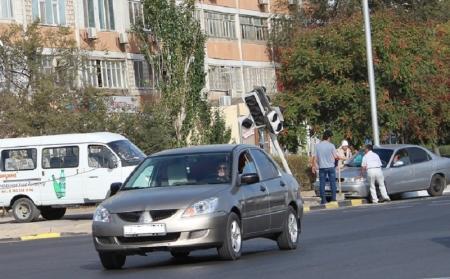 В Актау автомобиль протаранил светофорный столб