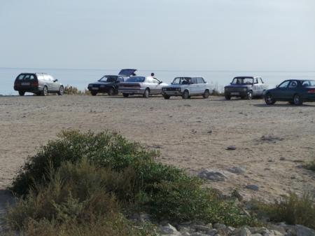 Разве можно ставить машины на берегу?
