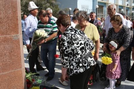 К памятнику перво строителя города жители Актау возложили цветы